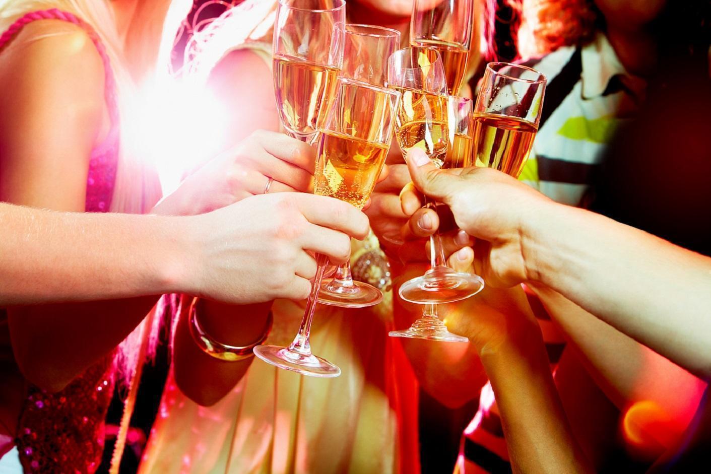 格拉斯哥大學研究指出,吸菸或有高學歷背景的英國年輕人與喝酒有高度正相關。